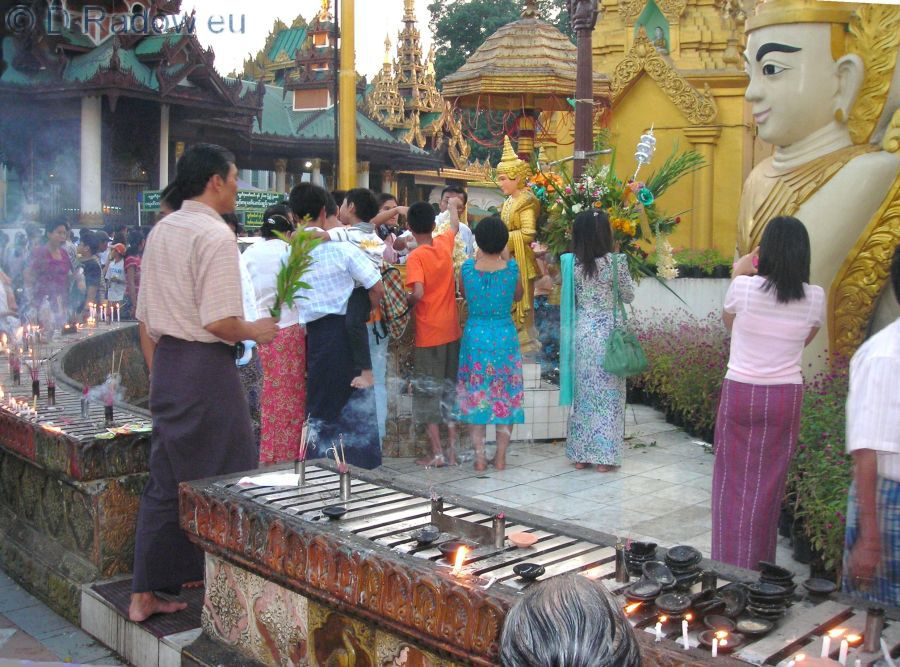exMYANMAR Yangoon Shwedagon Pagoda: Verehrung Bhuddas