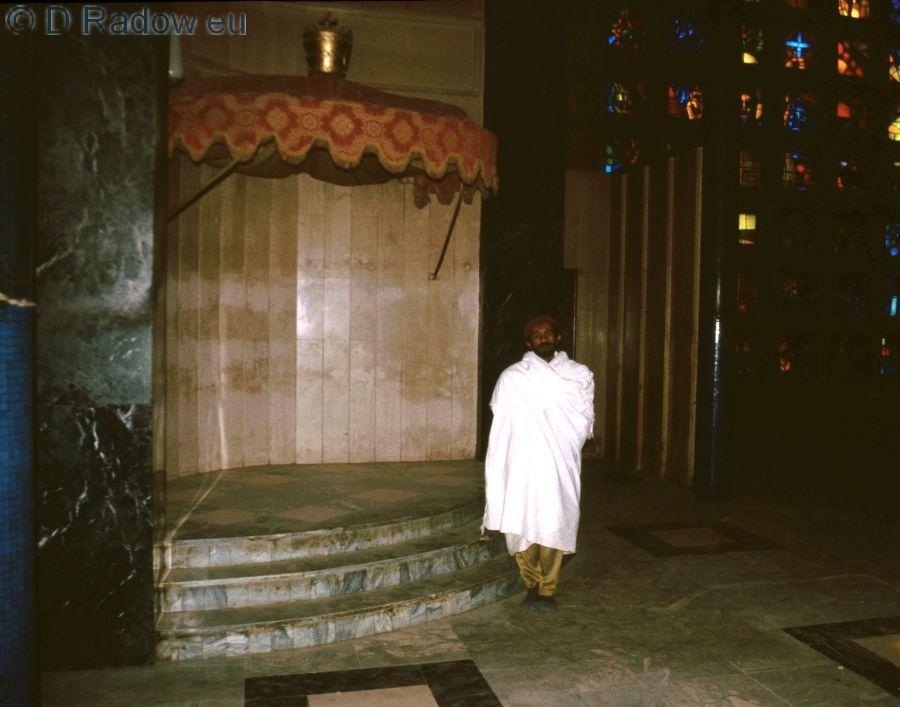 1997 ETHIOPIEN Kloster Debre Libanos: Ein Pilger in weißer Pilger-Stola in christlicher Kirche