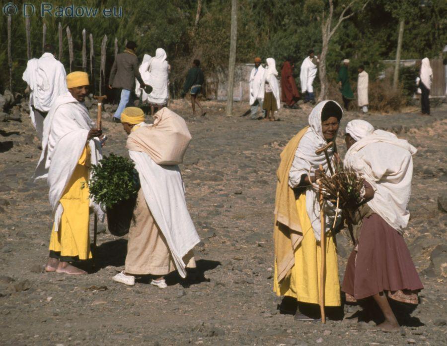 ETHIOPIA 1997    ÄTHIOPIEN<br /> a pilgrim giving presents to a poor woman Eine Pilgerin beschenkt bein Kloster Debre Libanos eine Arme