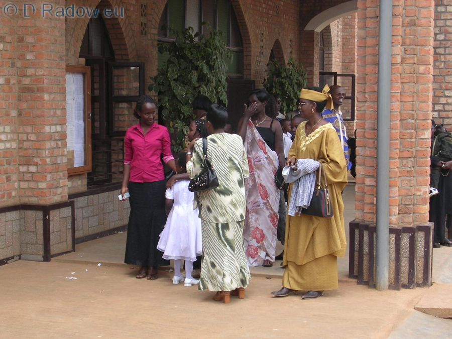 RUANDA                                                                   2005                      Ruanda<br /> Kigali: godmothers on the way to the mass christening service            Patentanten vor dem Taufgottesdienst