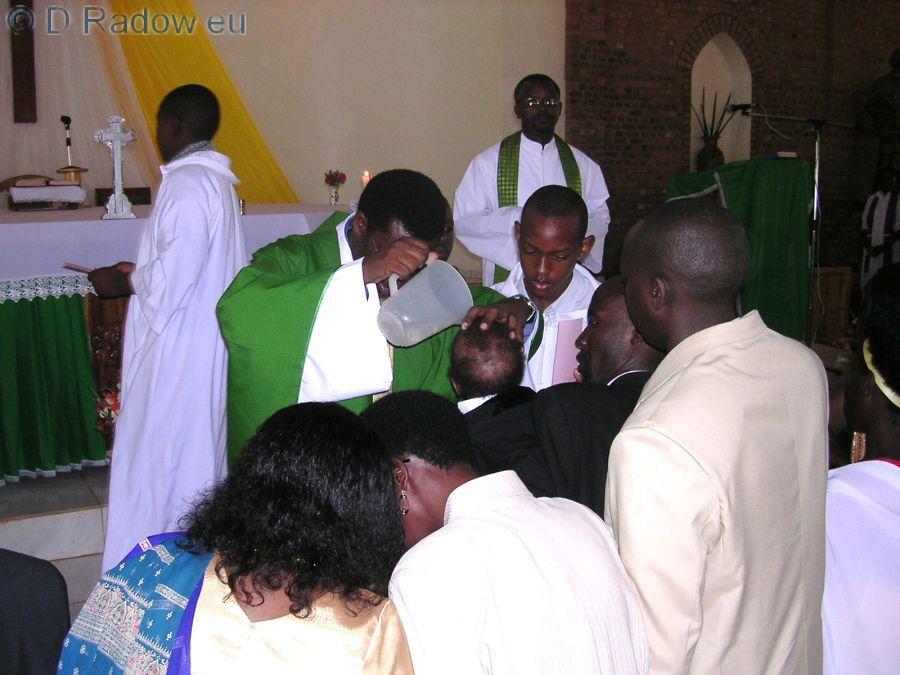 RUANDA 2005 - Kigali: hier der eigentliche Taufakt: Wasser auf das Haupt der Täuflinge