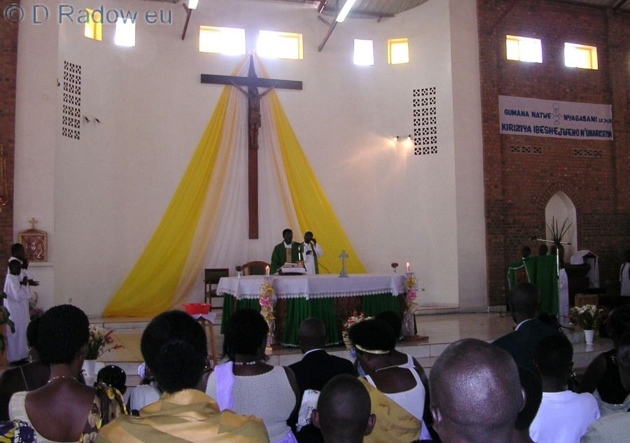 RUANDA                    2005<br /> Kigali: Roman Catholic christening service – the priest behind the altar inaugurates the ceremony<br /> Kigali: Christlich-katholischer Taufgottesdienst – Priester hinter dem Altar eröffnet das Ritual
