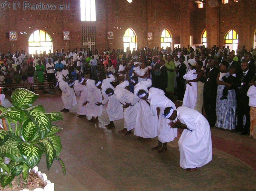 RUANDA 2005<br /> Kigali: mass christening: inaugural dance                          Kigali: Massentaufe – Eröffnungstanz