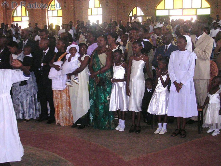 RUANDA 2005<br /> Kigali: mass christening: only stand up places            Kigali: Massentaufe – Wegen Überfüllung nur Stehplätze