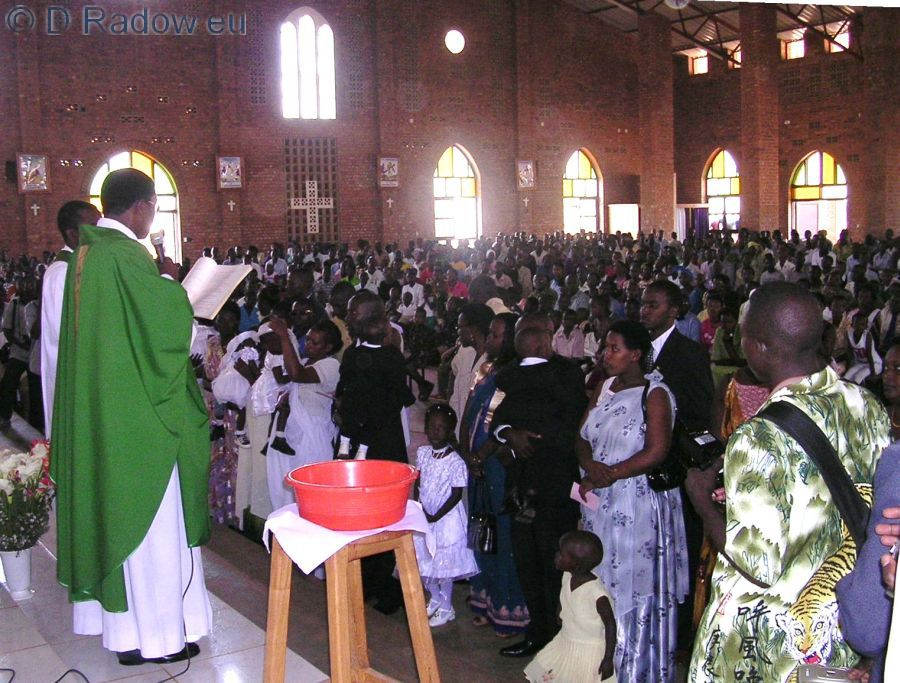 RUANDA Kigali 2005 ° ° ° The Christening vessel with water stands ready. the priest is praying the liturgy                         ° ° °  Die Taufschale mit Wasser steht bereit; der Pastor spricht die Liturgie