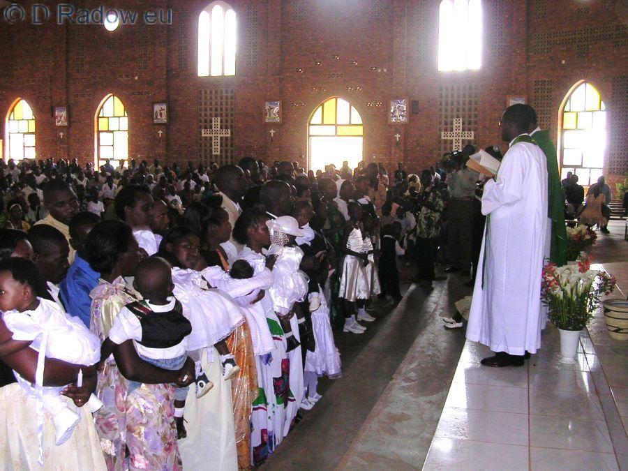 RUANDA Kigali 2005 ° ° ° The first mothers stand ready.in the first row                                        ° ° ° Die ersten Mütter stehen in der ersten Reihe mit ihren Täuflingen