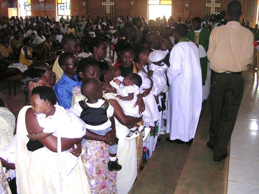 RUANDA Kigali 2005 ° ° ° The mothers hold their pretty dressed children ready for christening firm in their arms                                                  ° ° °  Die ersten Mütter halten ihre fein angezogenen Kinder im Arm zur Taufe bereit