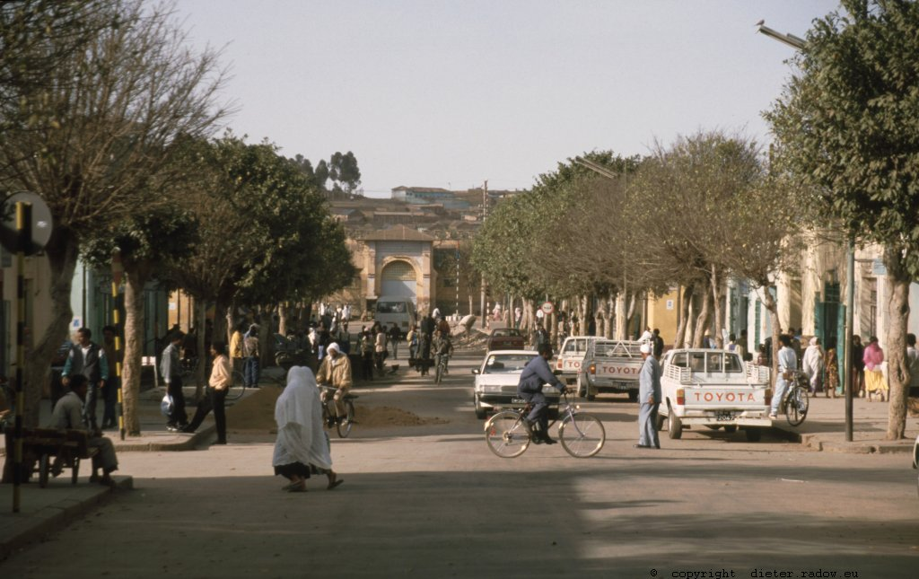 Eritrea 1997 &#8211; Die Hauptstadt Asmara: Avenue aus früher Kolonialzeit<br />Eritrea 1997 &#8211; the Capital Asmara: Avenue of early Italian colonial time: