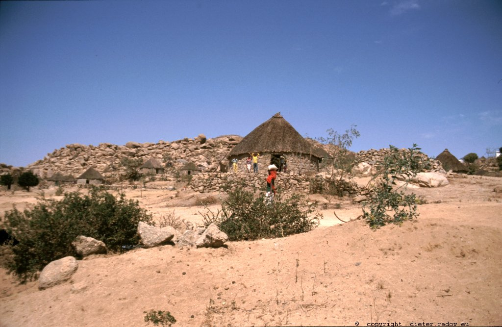 Eritrea 1997 – Bauerngehöft im südlichen Bergland -° ° ° ° agriculture and a farmer-hut in the southern highlands.