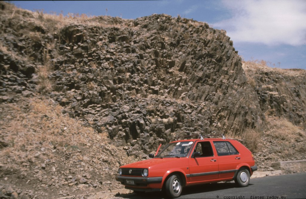 Eritrea 1997 ° ° ° basalt in the southern highlands ° ° ° Basalt-Gestein im südflichen Bergland Eritreas ° °