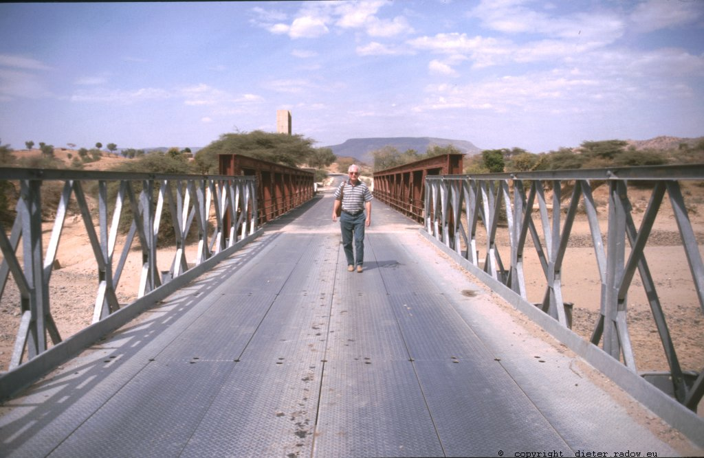 Ich überschreite die Grenze auf der Straße von Adi Quala (Eritrea) nach Axum (Äthiopien)<br />crossing the border on the road from Adi Quala (Eritrea) to Axum (Ethiopia)
