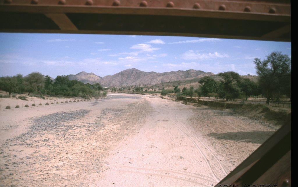 Das Wadi des Flusses Mereb ist hier die Grenze zwischen Eritrea und Äthiopien<br />the fluvial bed of the river Mereb is the border between Eritrea and Ethiopia in this region