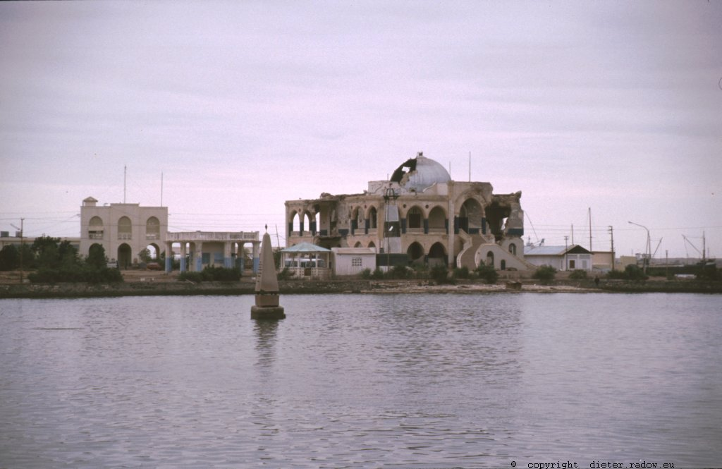 Eritrea 1997 – A palace-ruin in harbour-city of Masawa, destroyed in the independance-war of Eritrean liberation fighters against Ethiopia in 1990 ° ° ° Palastruine in der Hafenstadt Masawa; zerstört im Unabhängigkeitskrieg der Eritreischen Befreiungsfronten gegen Äthiopien von 1990
