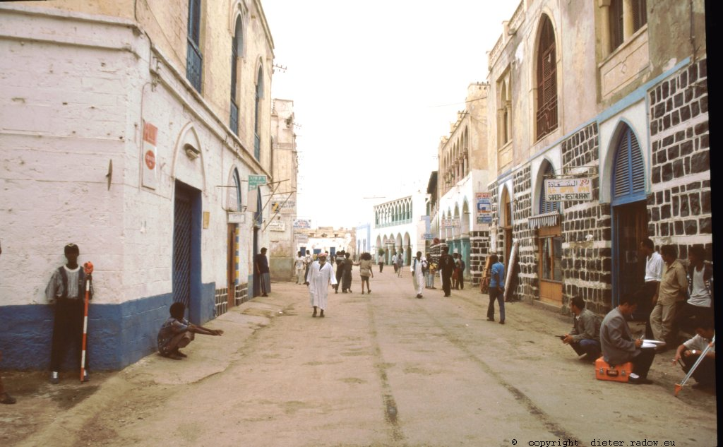 Eritrea 1997 ° ° ° ° ° shopping street in the harbour-city of Masawa, reconstructed after the independance-war of Eritrean liberation fighters in 1990 ° ° ° ° ° Geschäftsstraße in Masawa; wiederaufgebaut nach dem Unabhängigkeitskrieg gegen Äthiopien von 1990