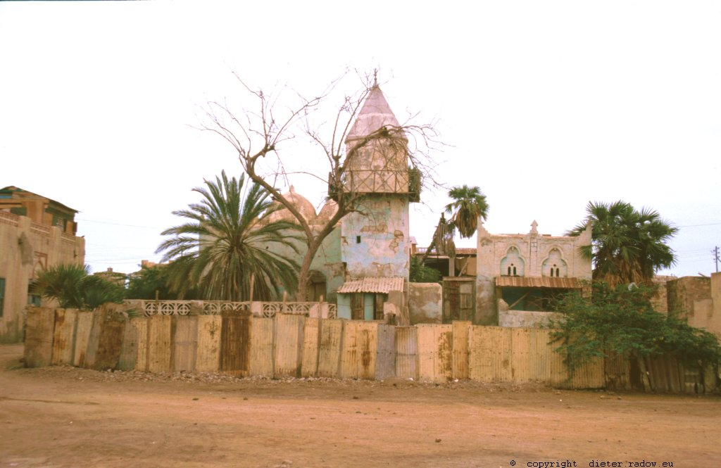 Eritrea 1997 – A mosque-ruin in harbour-city of Masawa, destroyed in the independance-war of Eritrean liberation fighters against Ethiopia in 1990 ° ° ° Moschee-Rine in der Hafenstadt Masawa; zerstört im Unabhängigkeitskrieg der Eritreischen Befreiungsfronten gegen Äthiopien von 1990