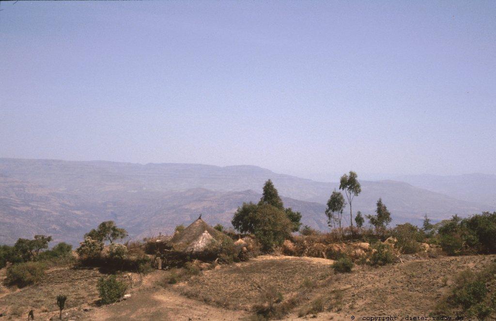 Bauern-Gehöfte mit Acker im Hochland