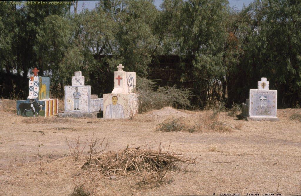 AES  markante Gräber neben der Hauptstraße