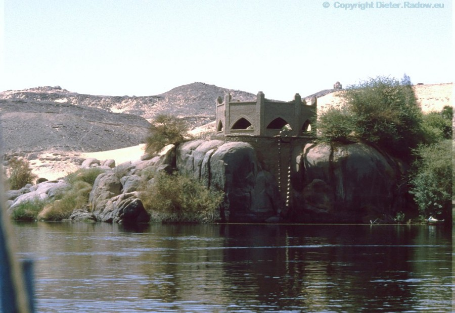 Egypt - Assuan 1984 - historic water-level indicator at the 1st cataract of the river Nile