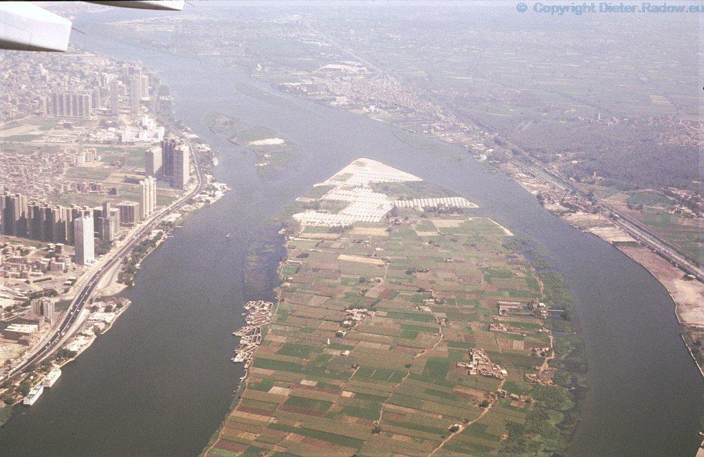 Ägypten Kairo 1984  -  Der Nil fließt durch die Stadt  (Luftaufnahme)