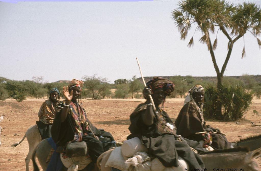 128 Burkina Faso Gorom Gorom Frauen reiten zum Markt 77