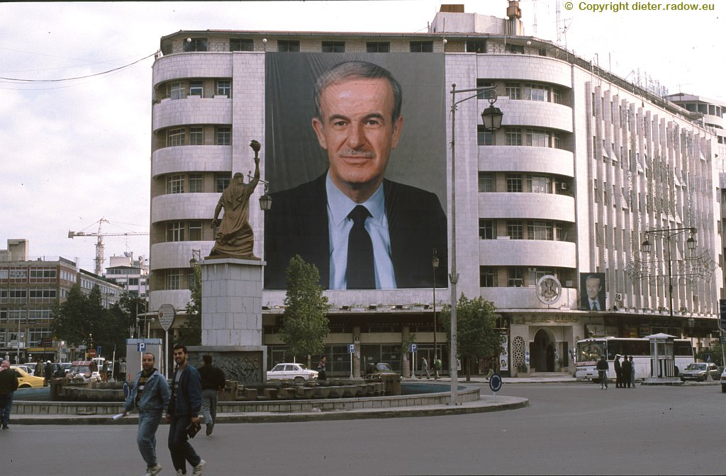 Baschar al-Assad 1995 at a six-storeyed facade