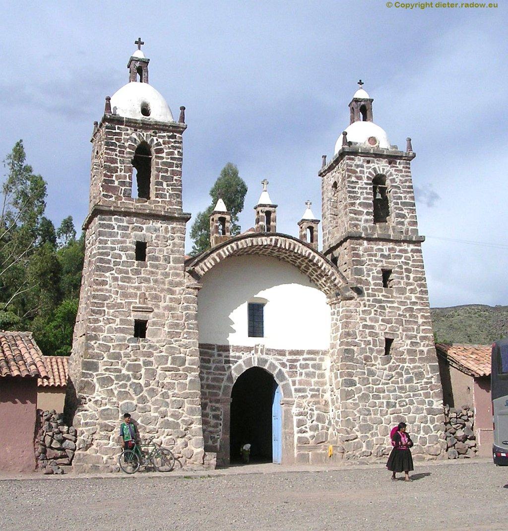 Peru - Maya-Stätte an der Straße 3S zwischen Puno und Cuzco: bei La Raya - heute mit katholischer Kirche
