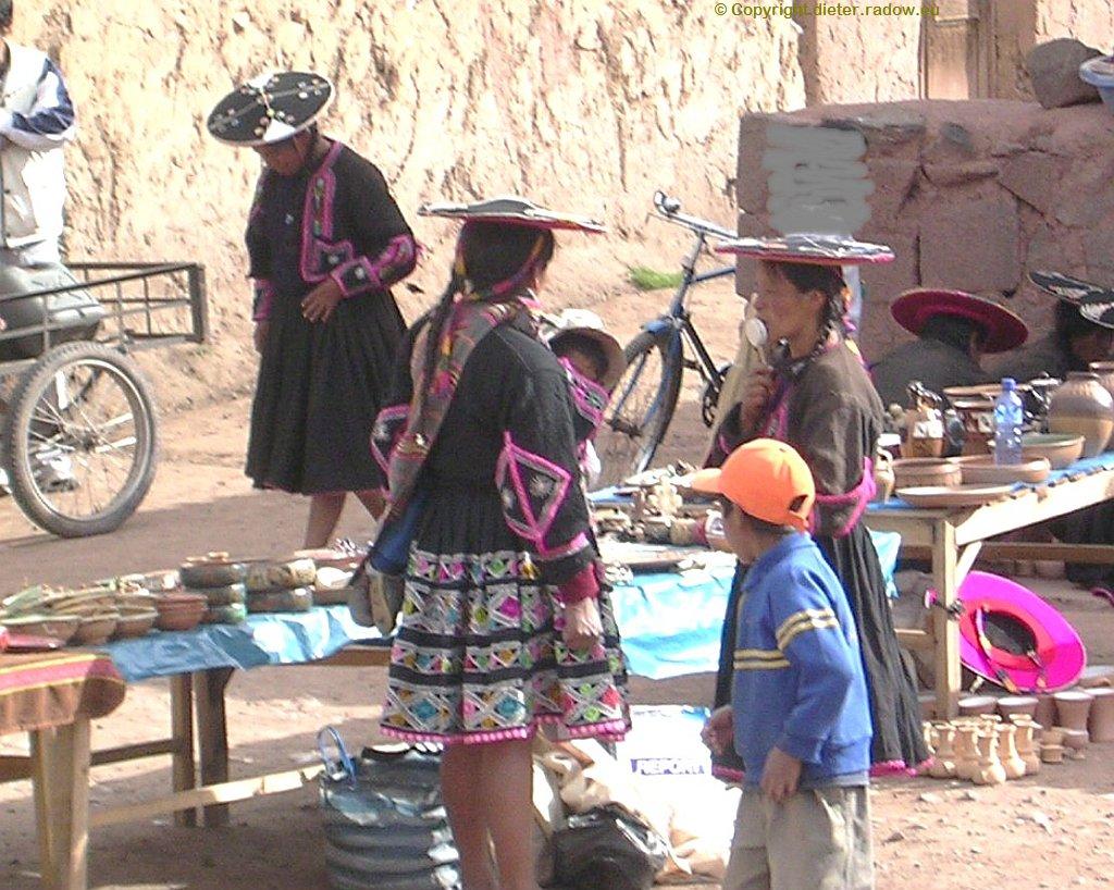 Peru - Souvenier-Verkauf vor Kirche  an der Straße 3S zwischen Puno und Cuzco: bei La Raya
