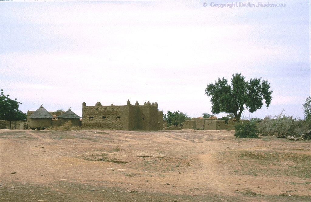 Strohhütten-Dorf mit Moschee