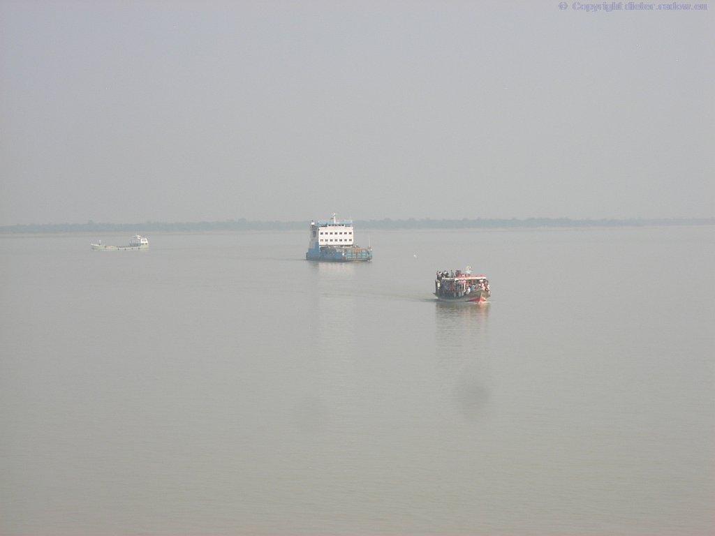 Bangladesh Ganges bei Goalundi 2009  -  Fährverkehr