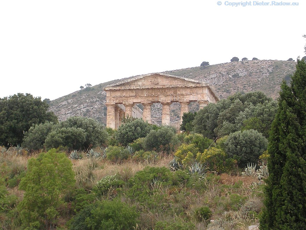 Italien - Sizilien: gut erhaltene Ruinen des griechischen Tempels (Frontansicht)