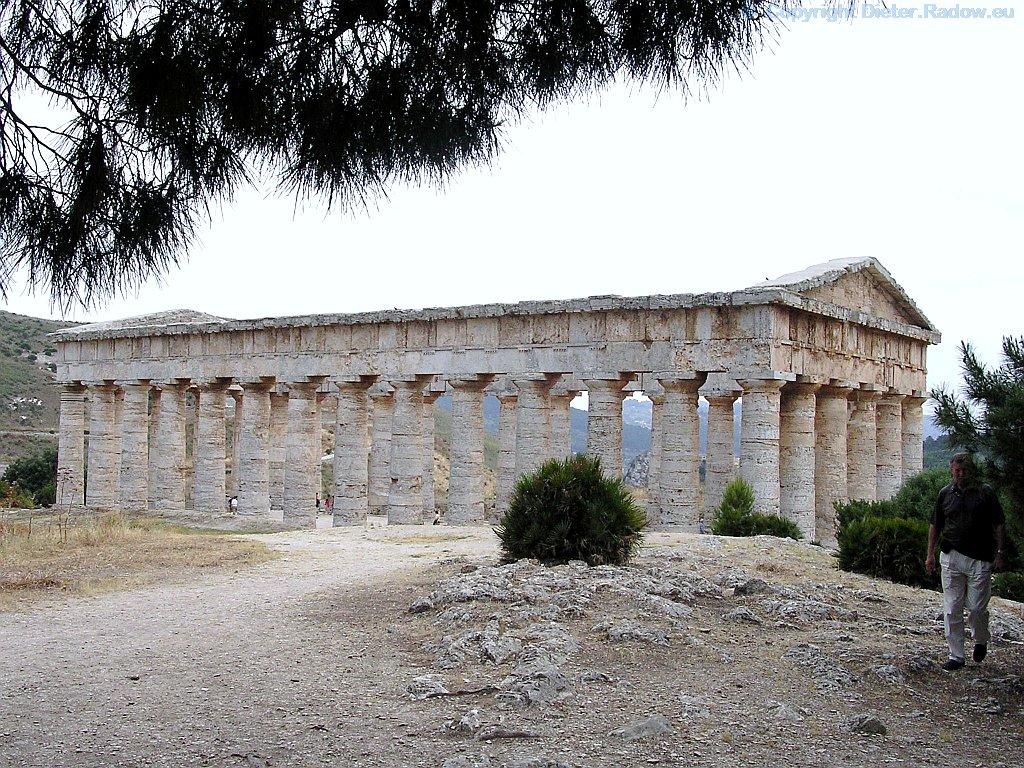 Italien - Sizilien: griechischer Tempel von Segesta (Seitenansicht)