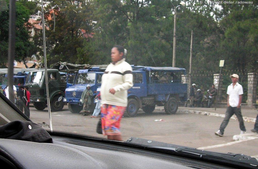 MADAGASKAR: DIE BEWAFFNETEN KRÄFTE STEHEN BEREIT; UM DEMOSTRATIONSVERBOT DURCHZUSETZEN