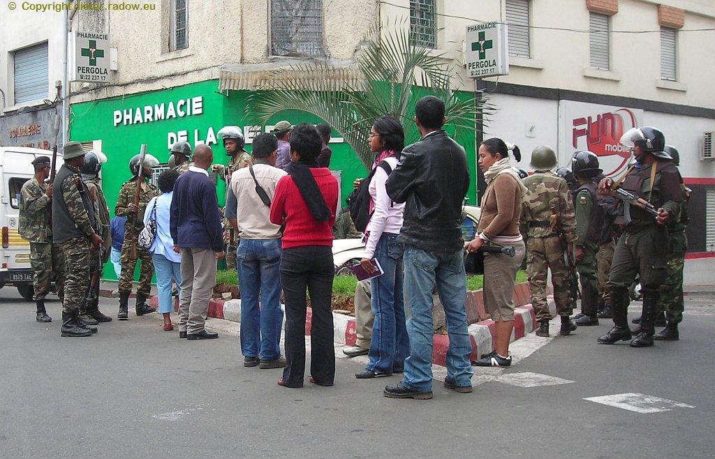 MADAGASKAR: DIE BEWAFFNETEN KRÄFTE STEHEN MIT TRÄNENGAS-MUNITION BEREIT; UM DAS DEMOSTRATIONSVERBOT DURCHZUSETZEN