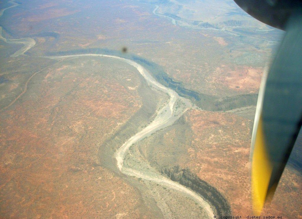 Dschibuti ganz wenig Wasser in einem Wüsten-Flußbett
