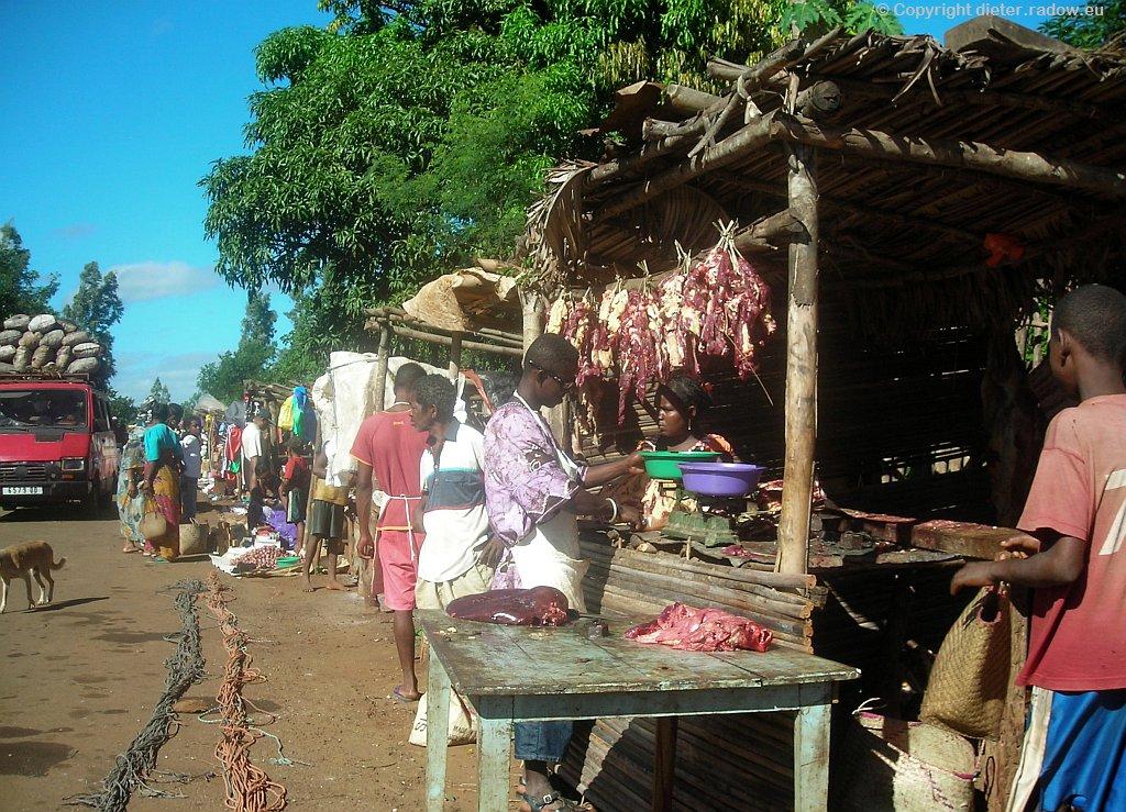 Fleisch auf ländlichem Straßenmarkt