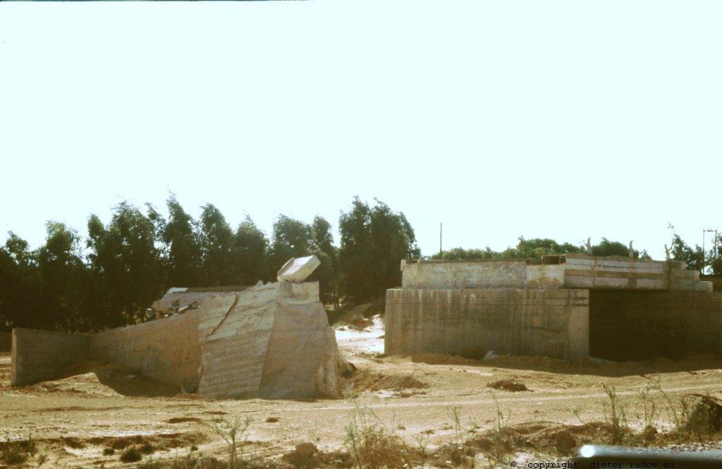 Libyen Wucht eines Wüstenregens zerstörte moderne Brücke