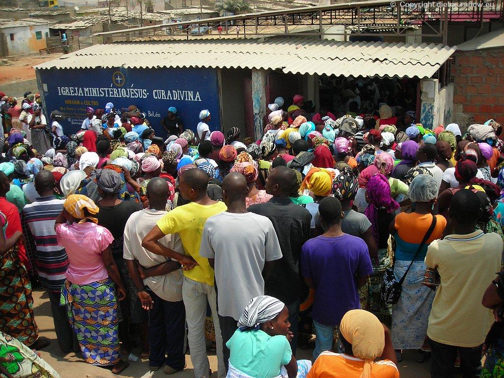 Luanda Menschenmenge vor Almosen-Ausgabestelle