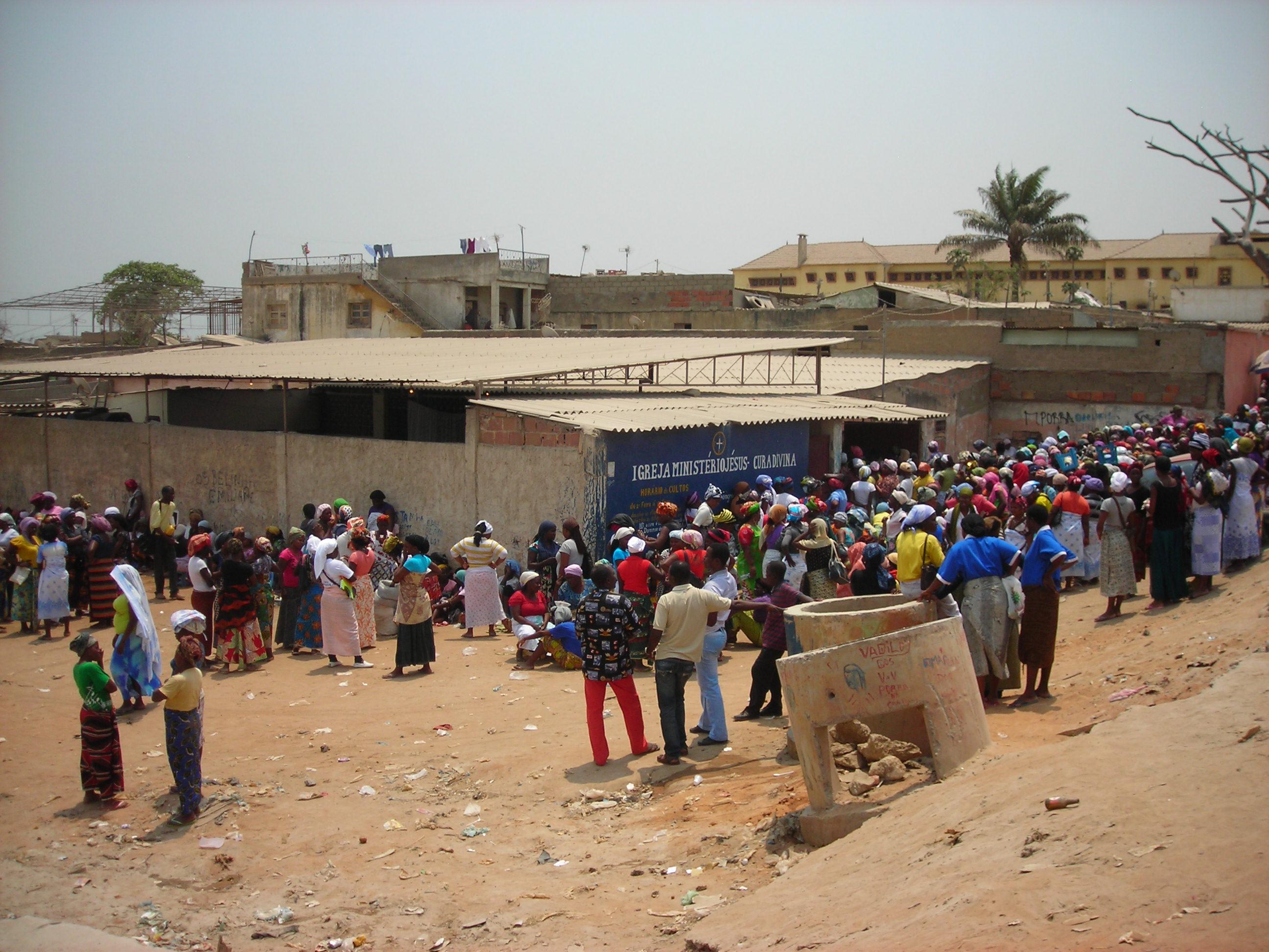 Luanda Vorstadt Almosenstelle