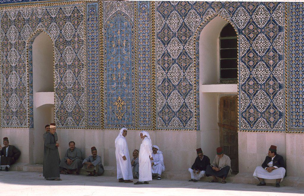 Iraq Kerbala 1995  -  The Great Mosque, quad: guards and pilgrim-guides
