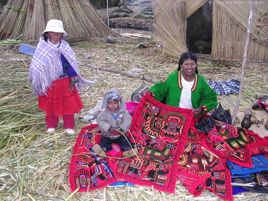 Peru - Titcacasee bei Puno:  schwimmende Schilfinseln mit den Wohnungen der Uros-Indianer