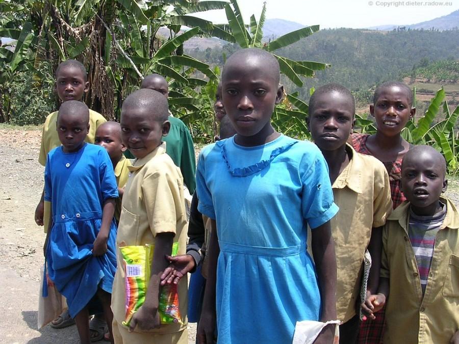 ZT Kinder in Schulkleidung unterwegs neu